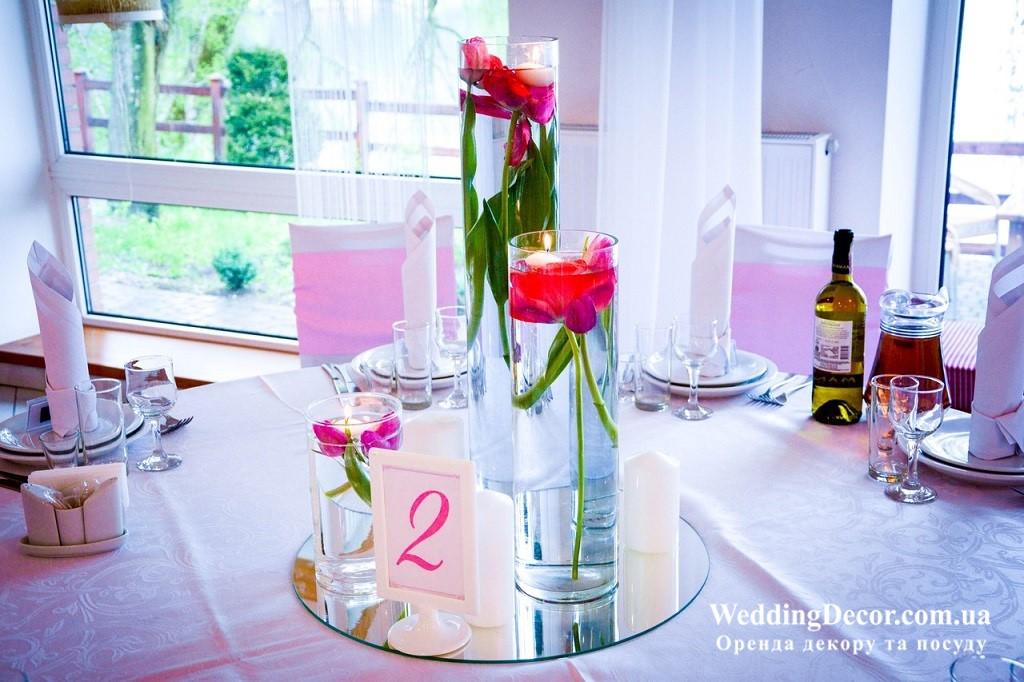 Білі рамки для номерків на столи гостей на весілля
